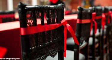 nastro rosso sedie