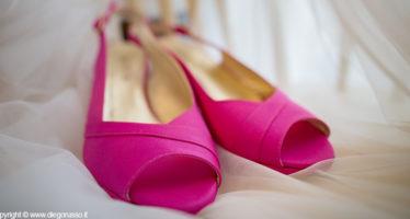 Scarpe fucsia per la sposa