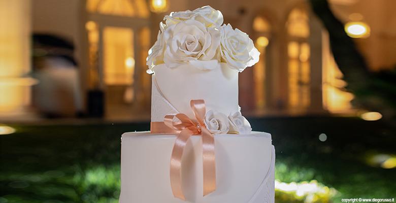 Wedding cake: dettagli bianchi e pesca