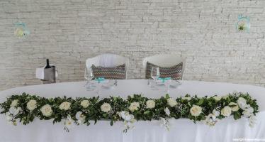Tavolo patronale: fiori bianchi