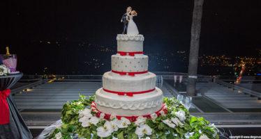 Wedding cake: dettagli bianchi e rossi