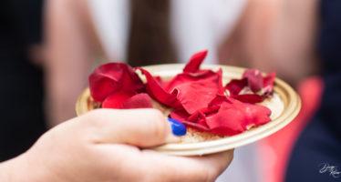 Uscita di casa: petali per la sposa