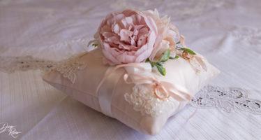 Elegante cuscino per fedi