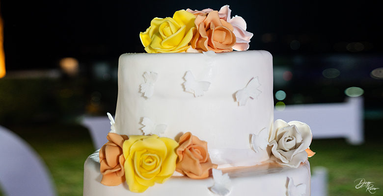 cake topper con farfalle e rose colorate