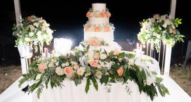 Torta nuziale decorata con fiori