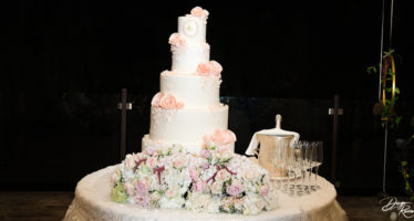 Torta nuziale con rose color pesca