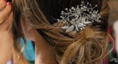 Acconciatura sposa: capelli raccolti con dettaglio gioiello