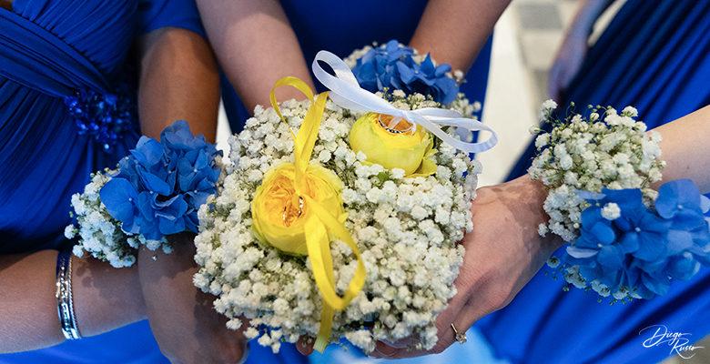 Bracciali con fiori freschi per le damigelle