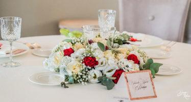 Centrotavola matrimonio elegante con rose bianche e rosse